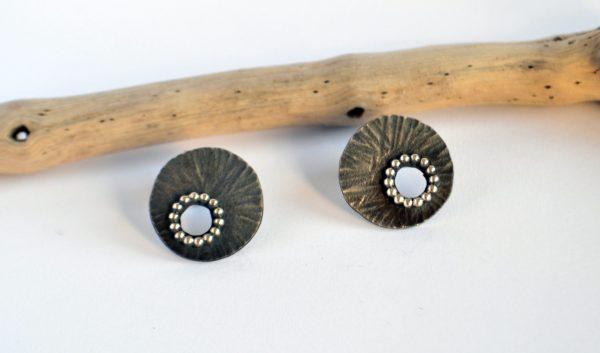 Pendientes pequeños redondos en plata oxidada Alejodissenys
