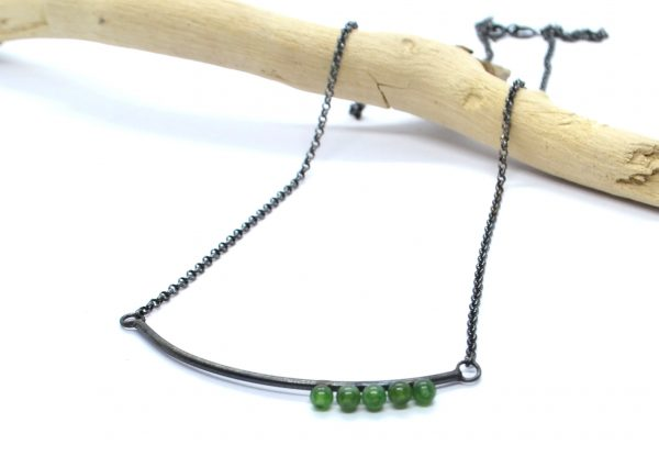 Colgante minimalista en plata oxidada y jade de Alejodissenys